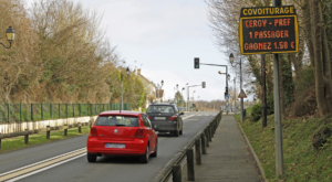 Un panneau lumineux Covoit'ici annonce la présence d'un passager pour un trajet en covoiturage sans réservation