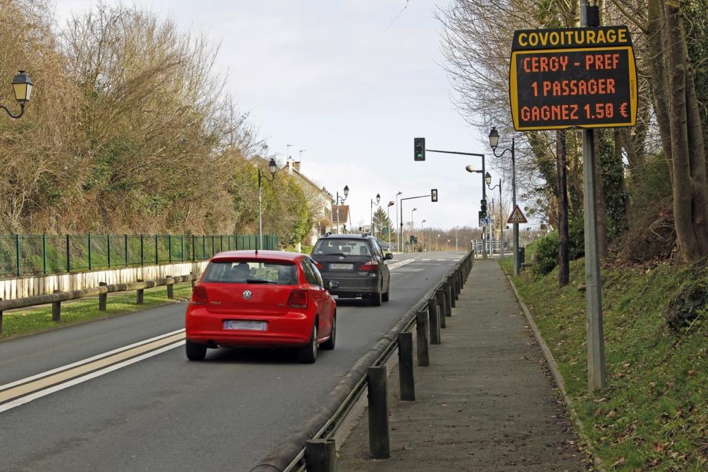 i pannelli luminosi côvoit'ici impediscono ai driver della presenza di un passeggero in una fermata.'ici préviennent les conducteurs de la présence d'un passager à un arrêt.