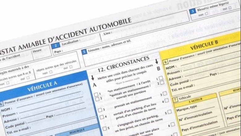 Le format papier d'un constat à l'amiable, à remplir lors d'un accident de la route.